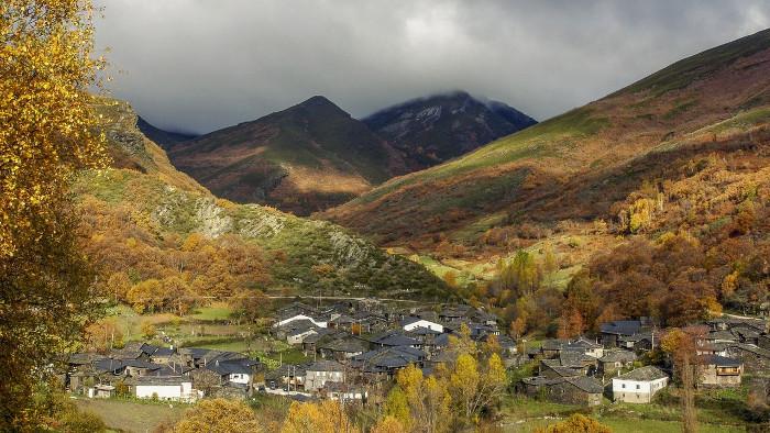 Imaxe das aldeas do Courel de onde é propio o Apalpador