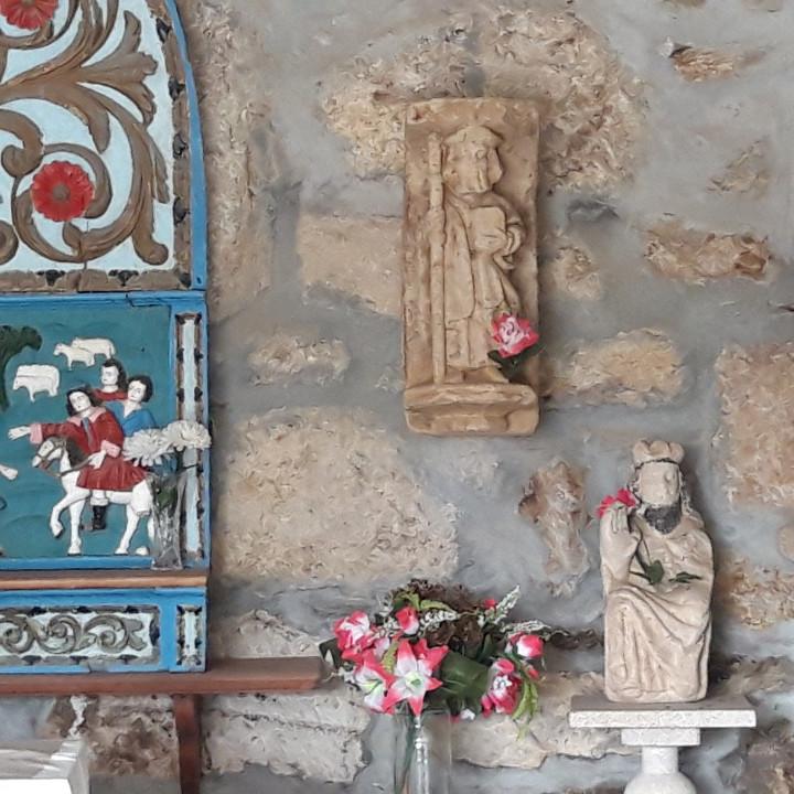 Imaxe en pedra de Santiago peregrino (capela de S. Lourenzo, Boborás)